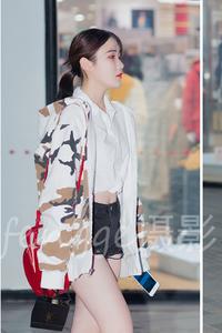 走过优衣库橱窗前的小美女,不仅很勇敢也是真时尚