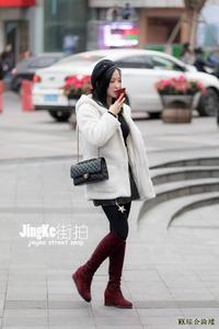 街拍:露一截腿部穿法冬季很火,穿搭对了,光腿神器都很吸引眼球